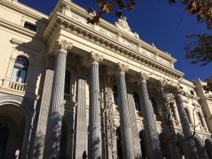 Edificio de la Bolsa de Madrid visto con una perspectiva de abajo a arriba